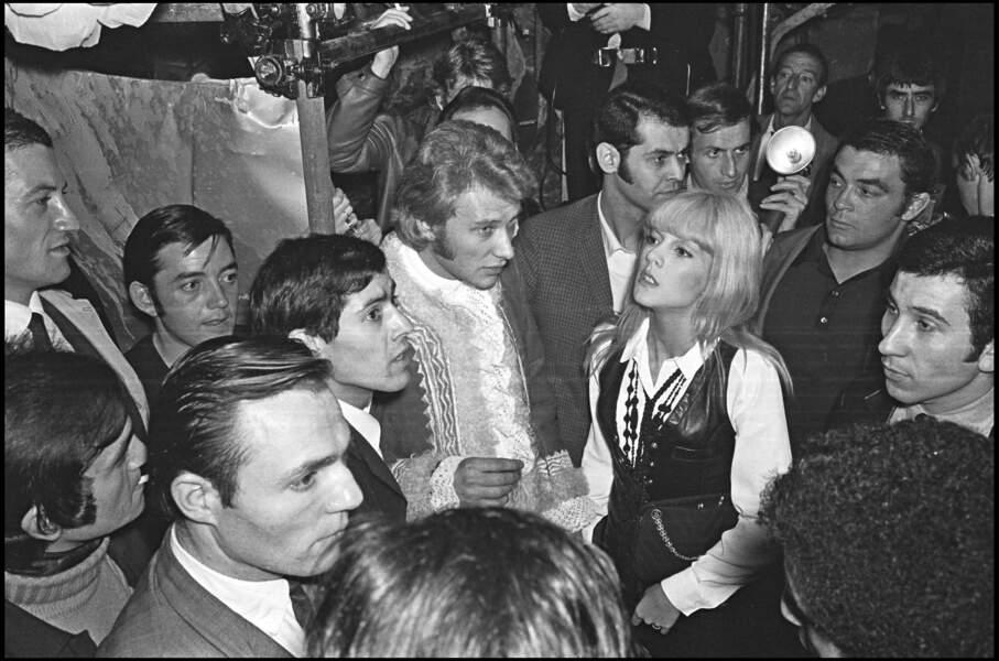 Johnny Hallyday et Sylvie Vartan dans les coulisses du concert de Johnny au Palais des Sports en novembre 1967