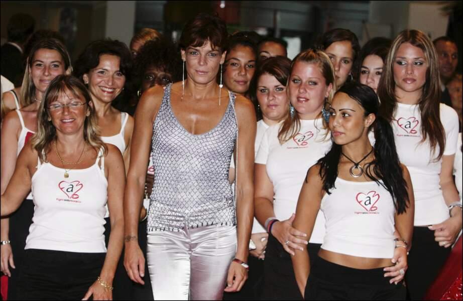 """Stéphanie de Monaco entourée des bénévoles de l'association """"Fight Aids Monaco"""", en 2005"""