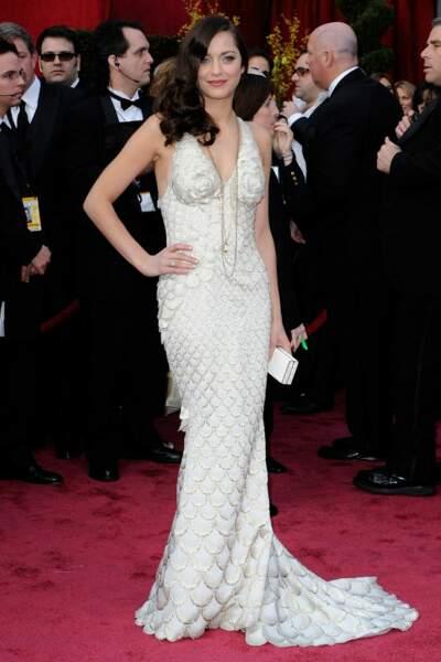 Marion Cotillard porte une robe sirène Jean Paul Gaultier assortie à une parure Chopard et remportera l'Oscar en 2008.