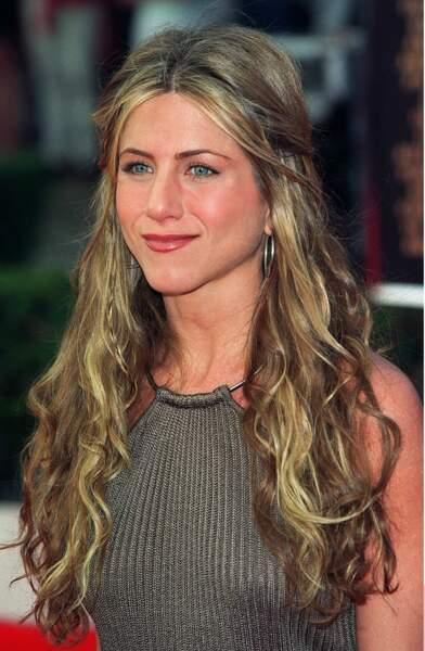 Jennifer Aniston les cheveux longs et ondulés symbôle de son style lorsqu'elle était mariée à Brad Pitt