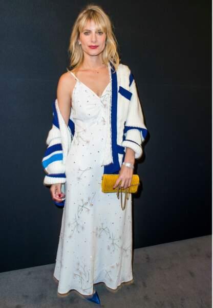 Mélanie Laurent en robe décolletée à bretelle tout en blanc et bleu