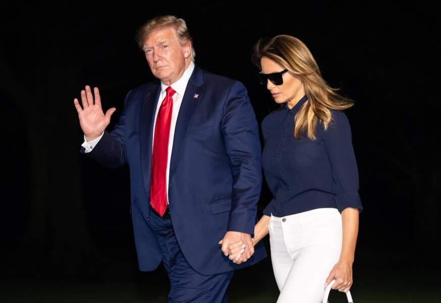 """Melania Trump rentre chez elle avec un sac de luxe, le modèle """"Kelly"""" de Hermès, à Washington, le 26 août 2019."""