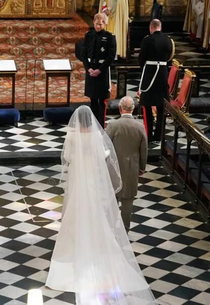 Meghan Markle et le prince Charles arrive devant l'autel de la chapelle Saint-George, le 19 mai 2018
