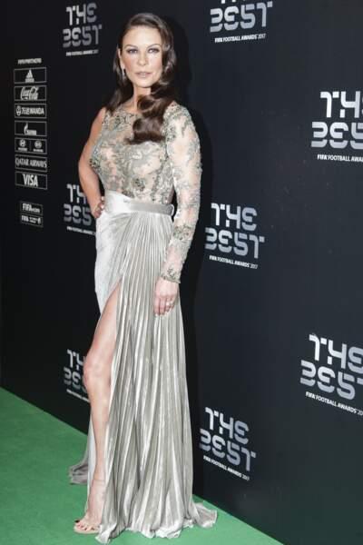 L'actrise est apparue métamorphosée dans une robe argentée