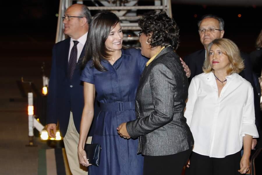 Les accessoires de la reine étaient aussi signés Carolina Herrera : une pochette et des escarpins en daim