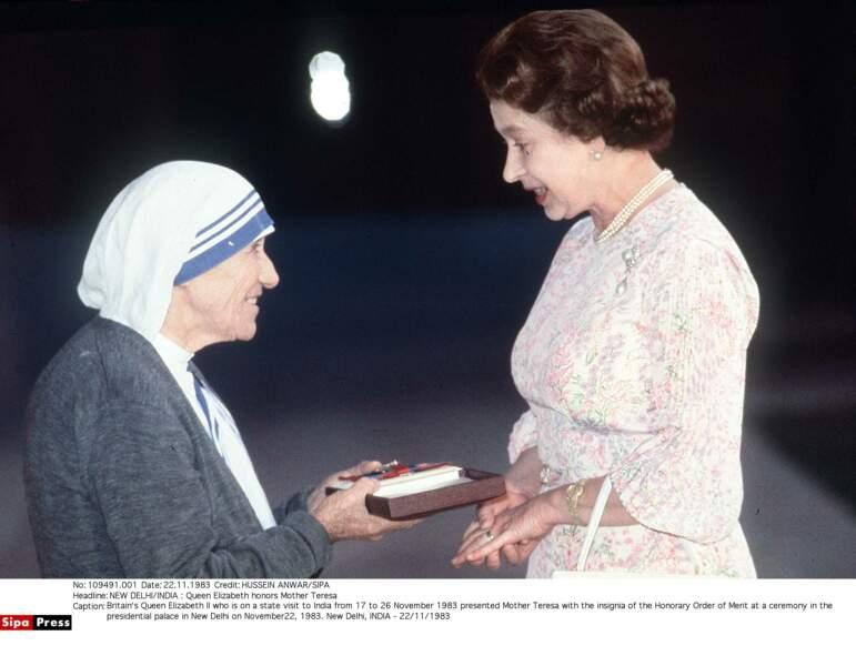 Comme Lady Di quelques années plus tôt la reine Elisabeth a profité de son voyage pour rencontrer Mère Théresa