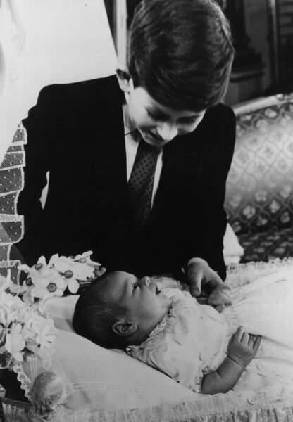 Le Prince Andrew dans les bras de son grand frère le Prince Charles