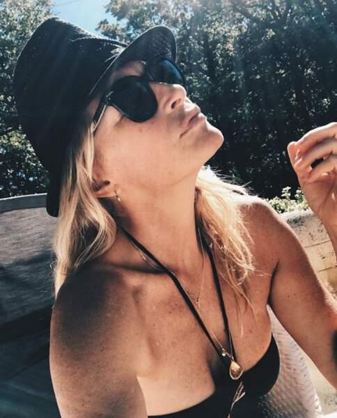 Estelle Lefébure profite de vacances ensoleillée, vêtue d'un petit bikini noir