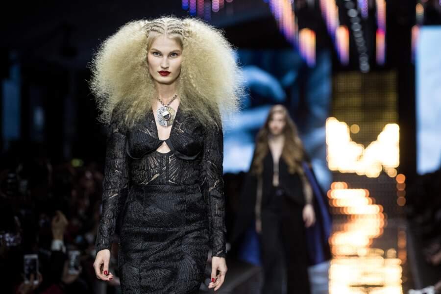 """Des boucles serrées et des cheveux longs chez l'Oréal Professionnel """"La French - Art Of Hair Coloring"""