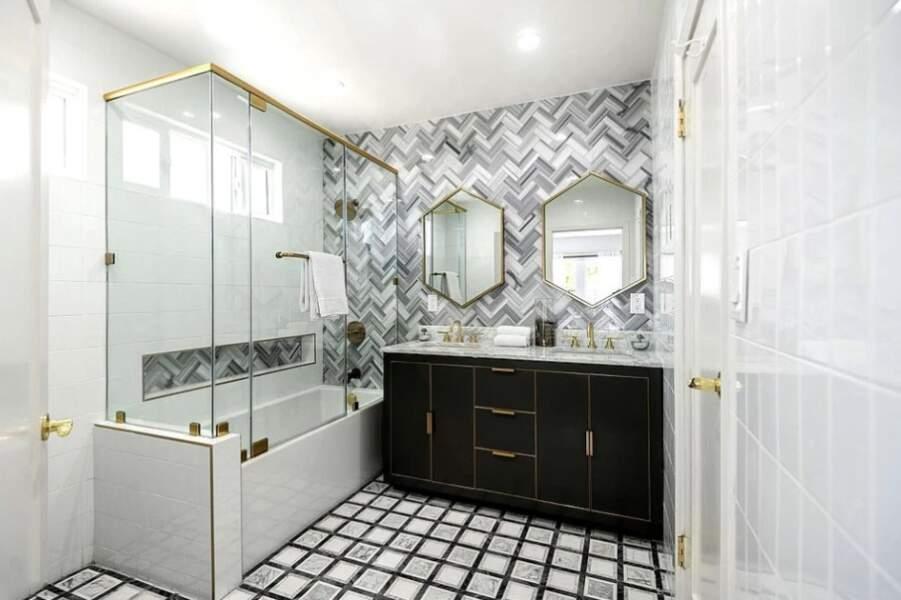 Les salles de bain sont ultra modernes, un mélange de noir et blanc aux pointes de doré.