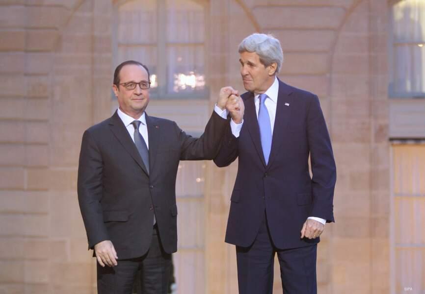 Hollande et Kerry, main dans la main pour les victimes des attentats