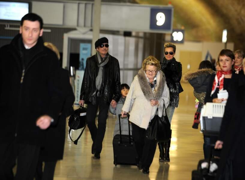 Johnny et Laeticia Hallyday à l'aéroport à Paris, avec leurs filles Jade et Joy et Mamie Rock en 2011