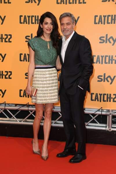 """Amal Clooney dans un look très scintillant aux côtés de George Clooney à la première de la série TV """"Catch 22"""" à Ro"""