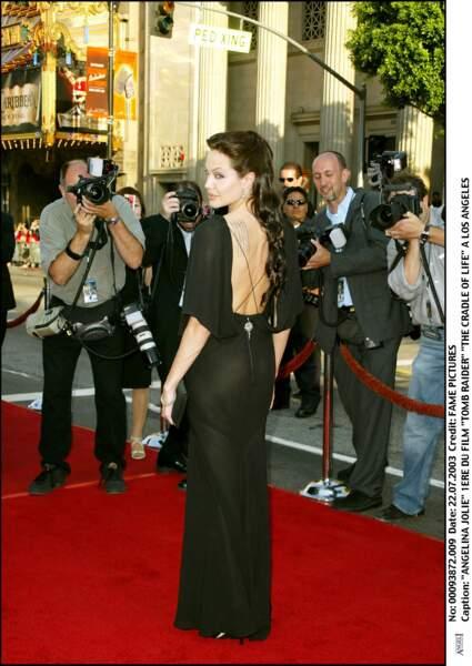 """Angelina Jolie en robe noire dos nu, à la première de """"Tomb Raider, le berceau de la vie"""" en 2003 à Los Angeles"""