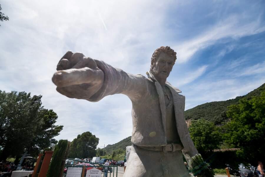 Le doigt de la statue de Johnny Hallyday pointe la foule