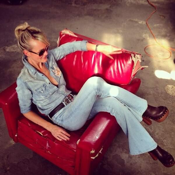 Laeticia Hallyday dans un look 100% denim, à Los Angeles en 2014