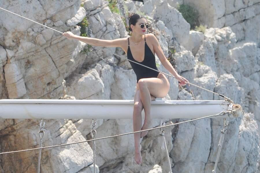 Kendall Jenner profite du soleil avec une amie