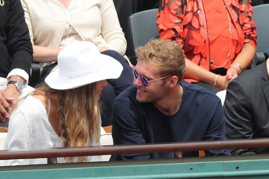 Kévin Mayer est (malheureusement pour ses fans) en couple. On les a aperçus à Roland Garros en 2017