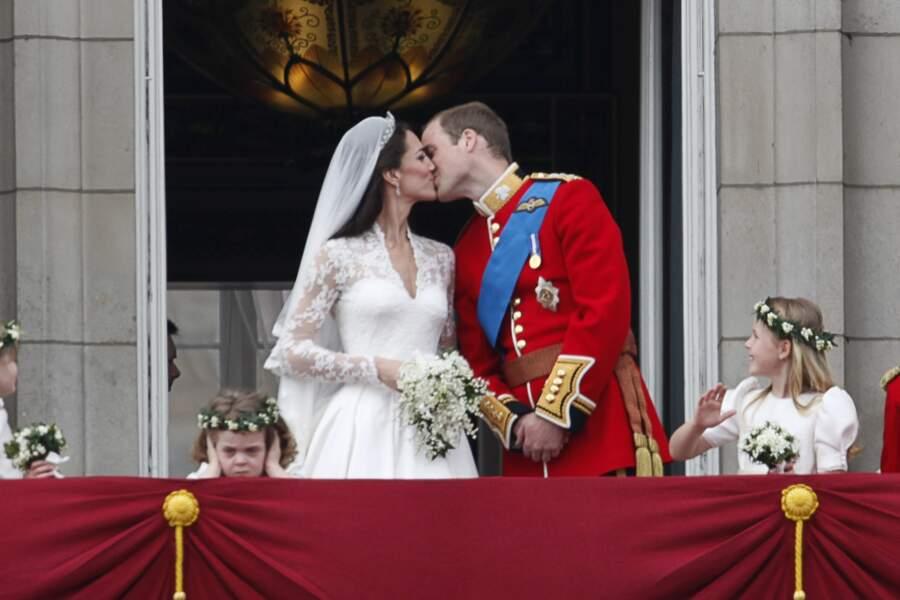 Kate Middleton et le prince William échangent un baiser pour sceller leur destin, le 29 avril 2011 à Londres