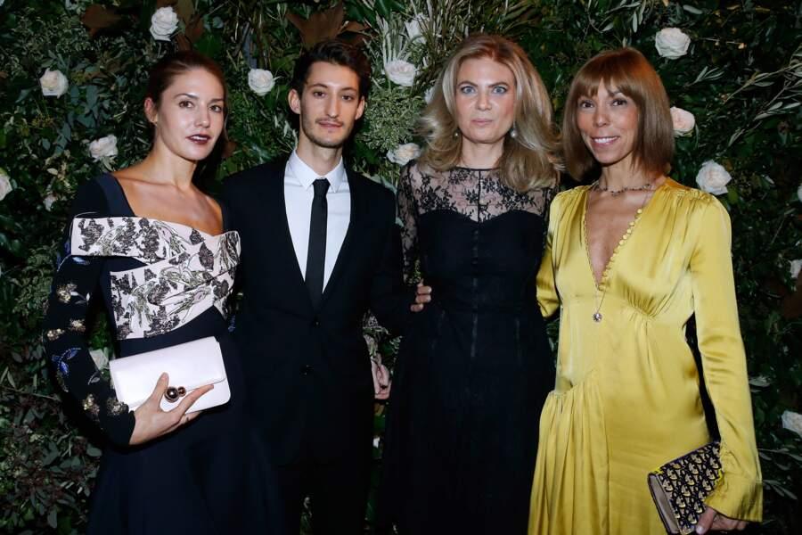 Pierre Niney pose avec Natasha, Arielle de Rothschild et Mathilde Favier