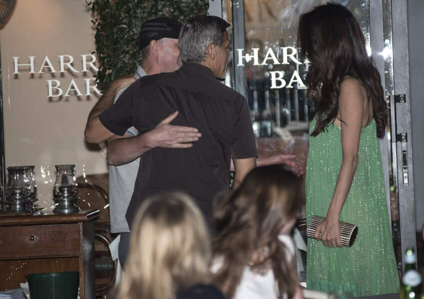 Amal Clooney magnifique en robe longue verte Stella Mac Cartney pour une soirée en amoureux avec George Clonney