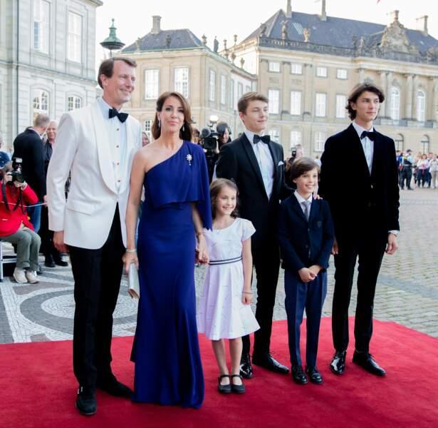 Le prince Nikolai entourée des siens lors d'un dîner en l'honneur de sa grand-mère la reine