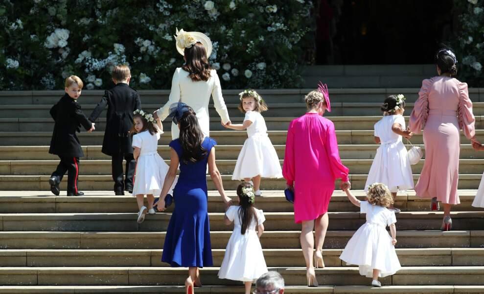 Kate Middleton main dans la main avec la princesse Charlotte. Le prince George tourne la tête vers les photographes