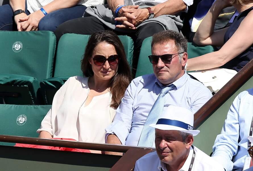Pierre Sled en compagnie de sa bien-aîmée est très attentif à l'échange de balle sur les courts de Roland Garros