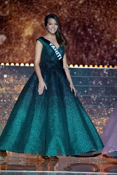 Vaimalama Chaves le soir de son élection dans une sublime robe de soirée verte qui met en avant ses yeux