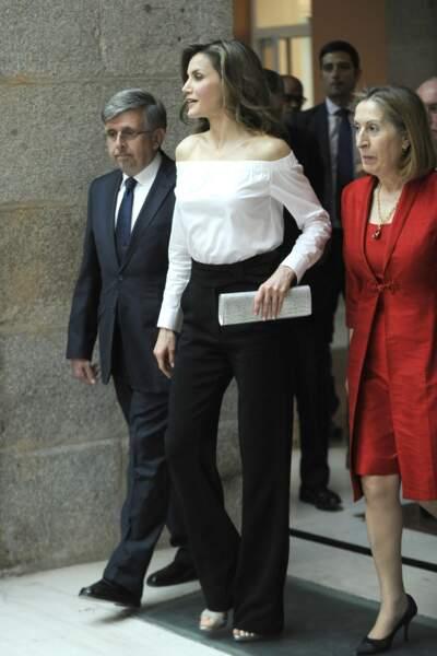 Letizia d'Espagne accessoirise son look d'une paire de sandales assorties à une pochette argenté