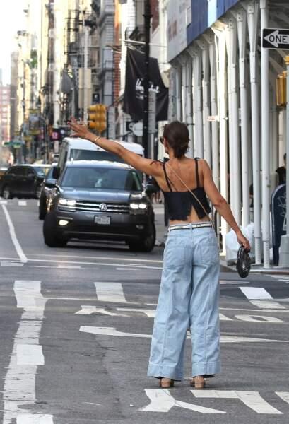 Katie Holmes lève la main pour appeler un taxi dans les rues de New York