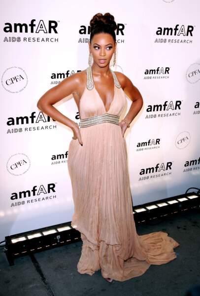 un chignon haut finement travaillé, la peau glowy et le teint ultra mate, Beyoncé est au top comme d'habitude