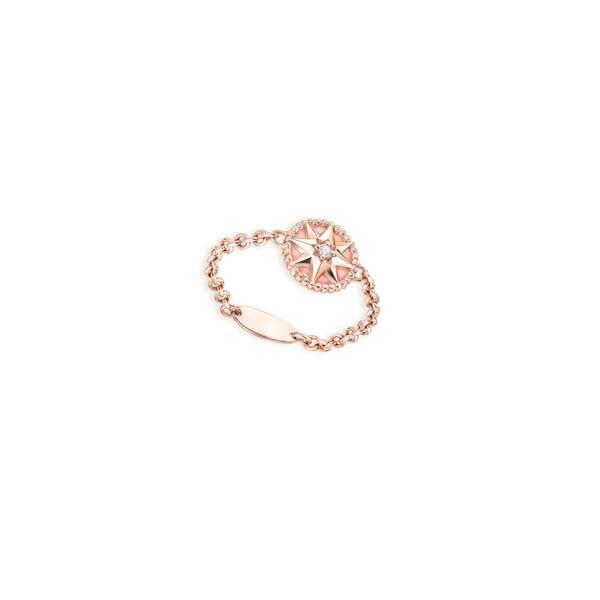 Bague « Rose des vents » en or rose, diamant et opale rose, Dior, 1 400 €.