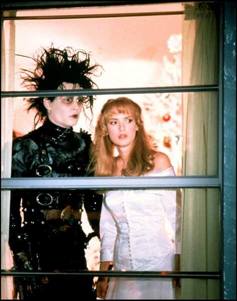 """Johnny Depp et Winona Ryder dans le film """"Edouard aux Mains d'Argent"""" (1991)"""