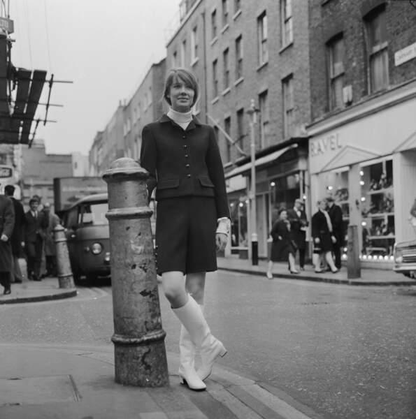 Une légende en marche en bottes blanches, détail qui fait la différence, dans les rues du Swinging London.
