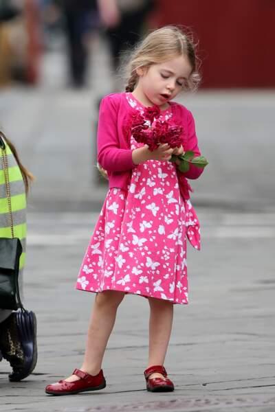 Marion et son bouquet de fleurs