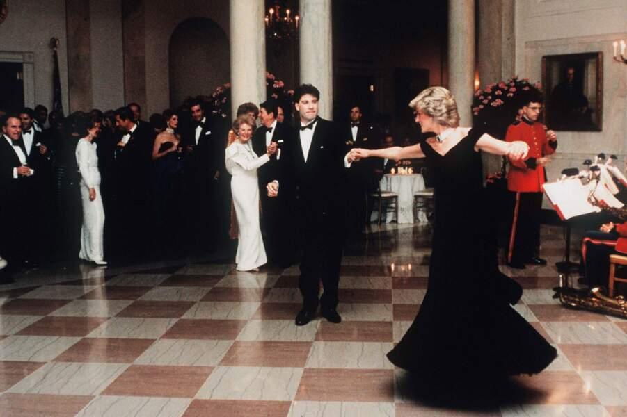 Un rock pour la postérité avec John Travolta dans une robe en velours noir Victor Edelstein