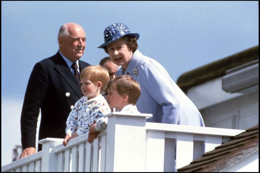 La reine Elizabeth II avec ses petits fils Harry et William au Guards Polo Club à Windsor, en 1987