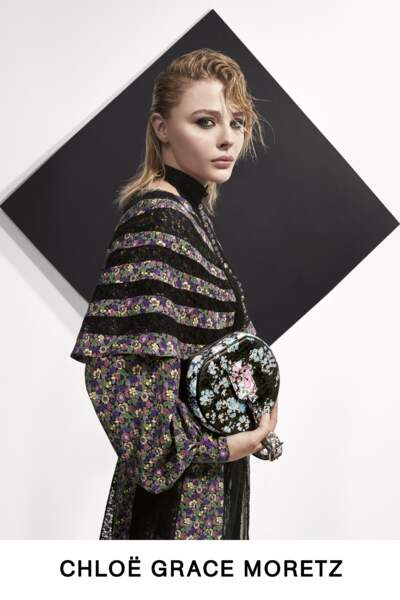 Chloë Grace Moretz porte un look fleuri, bohème, pour la collection Pre-Fall de Louis Vuitton.