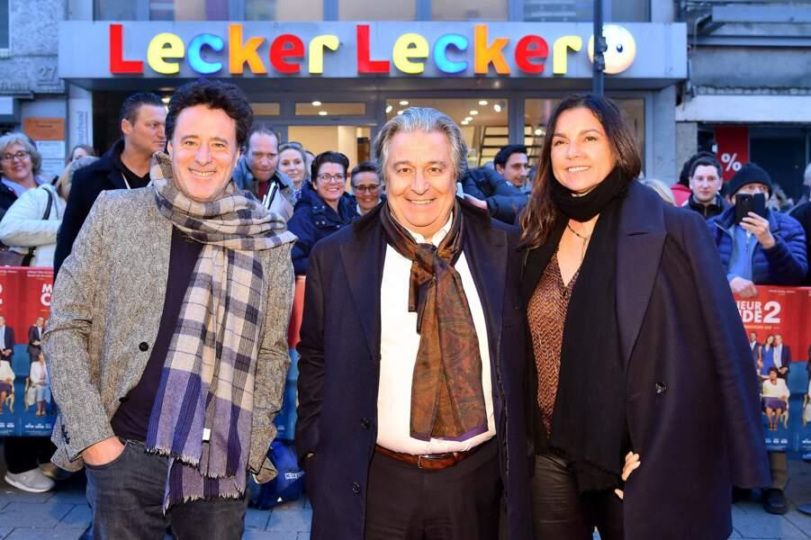 Christian Clavier pose face aux photographes, entouré d'Isabelle de Araujo et du réalisateur Philippe Chauveron