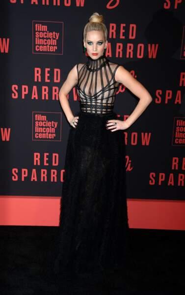 Comme Jennifer Lawrence, on place une coque à l'intérieur de son chignon pour créer une impression d'épaisseur