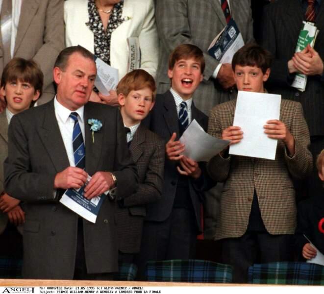 Harry et William dans les tribunes du stade Wembley lors d'un match de football, en 1995