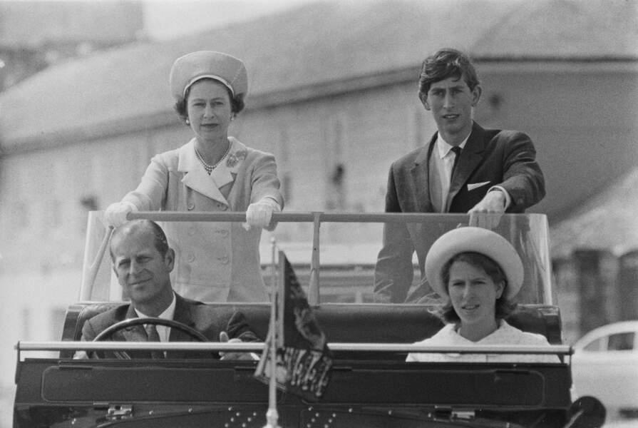 Elizabeth II avec Philip, Charles et Anne lors d'un voyage sur les Iles Scilly, en 1967