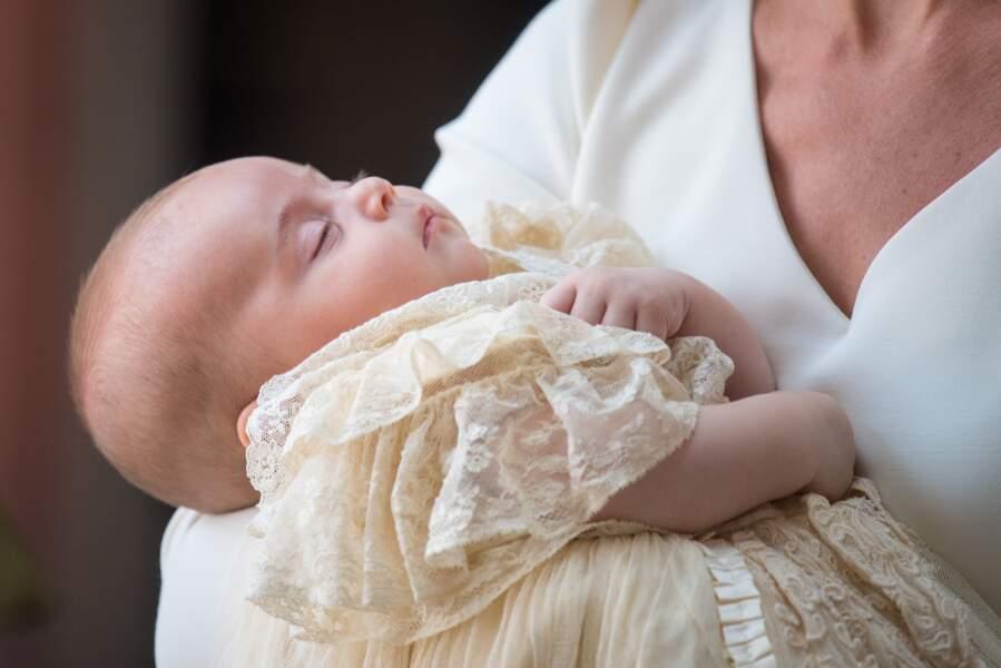 Louis de Cambridge, paisible dans les bras de sa maman Kate Middleton, le jour de son baptême le 9 juillet 2018