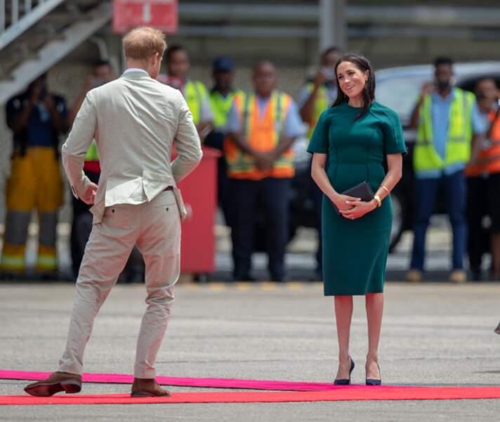 Le prince Harry et Meghan Markle à l'aéroport Nadi aux Iles Fiji, le 25 octobre 2018