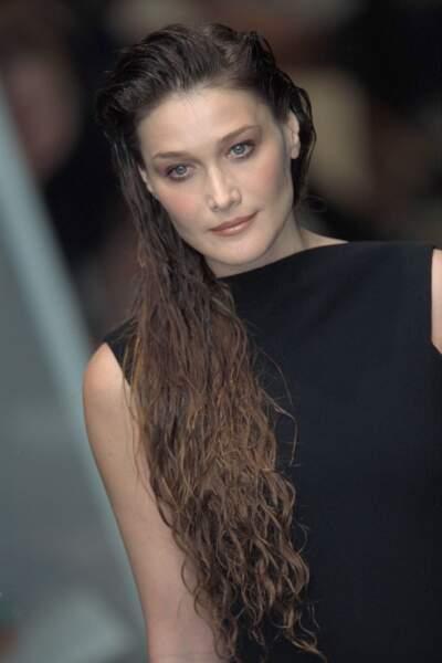 Carla Bruni et ses cheveux ultra longs effets mouillés, au défilé Jean Paul Gaultier à Paris en 2002