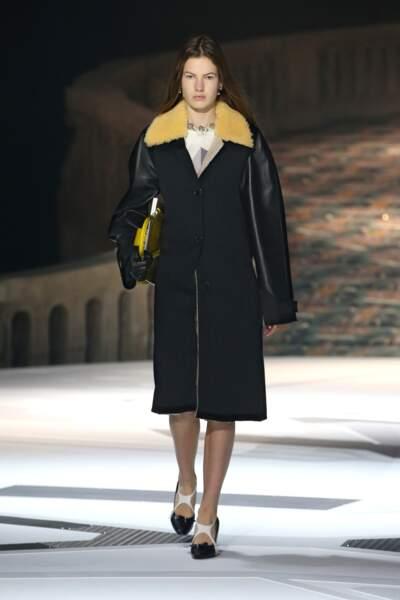 Louis Vuitton transforme le ciré en manteau bi-matière.
