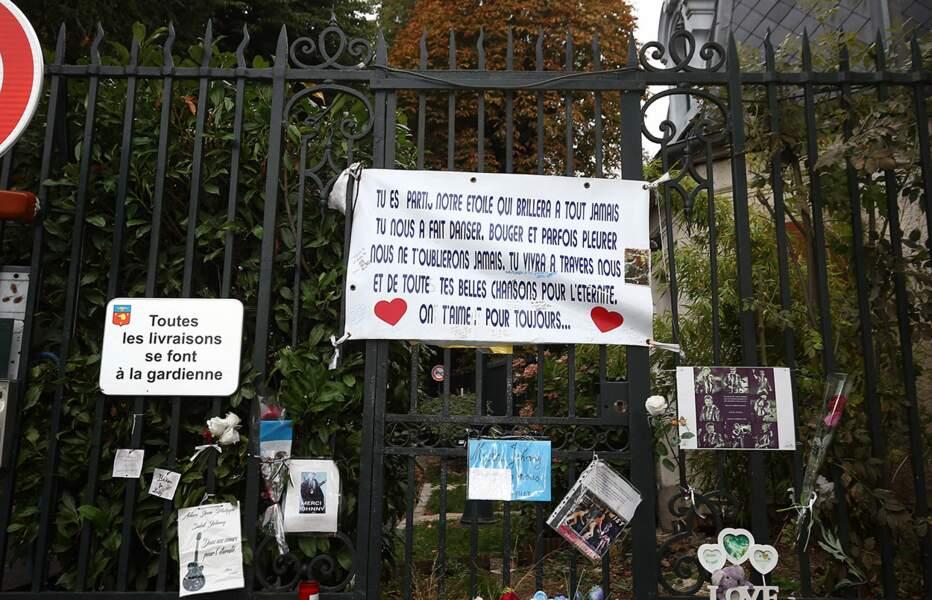 Les messages des fans de Johnny Hallyday, à l'entrée de la résidence de Marnes-la-Coquette, le 7 octobre 2017