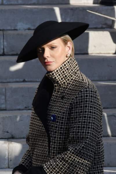 Charlène de Monaco très élégante en manteau Akris et chapeau stylé
