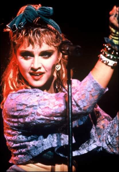 Madonna avec ses cheveux blonds décolorés et son foulard dans les cheveux, sur scène en 1985 à Wembley